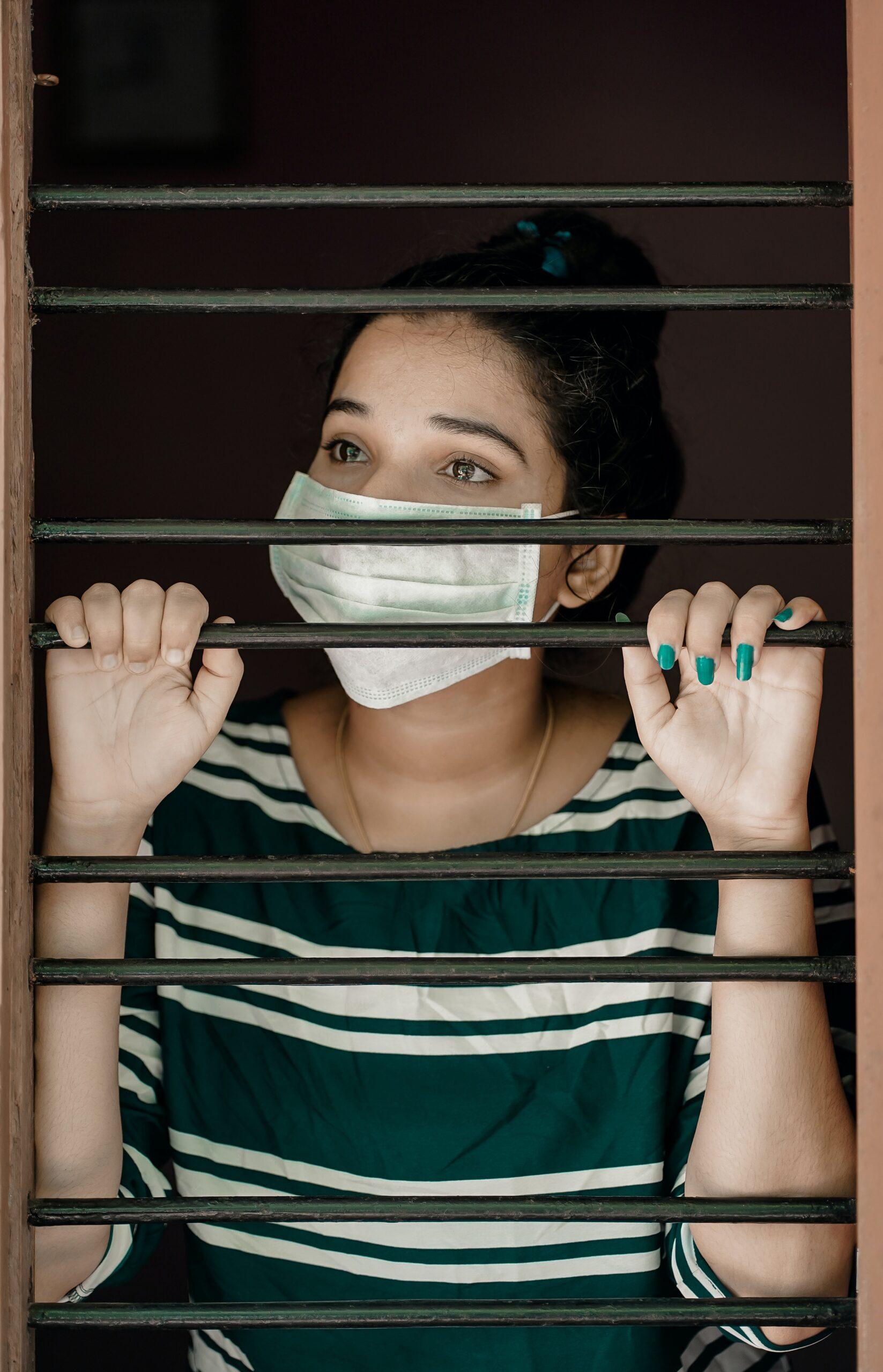 Coronavirus, chica prisionera con mascarilla