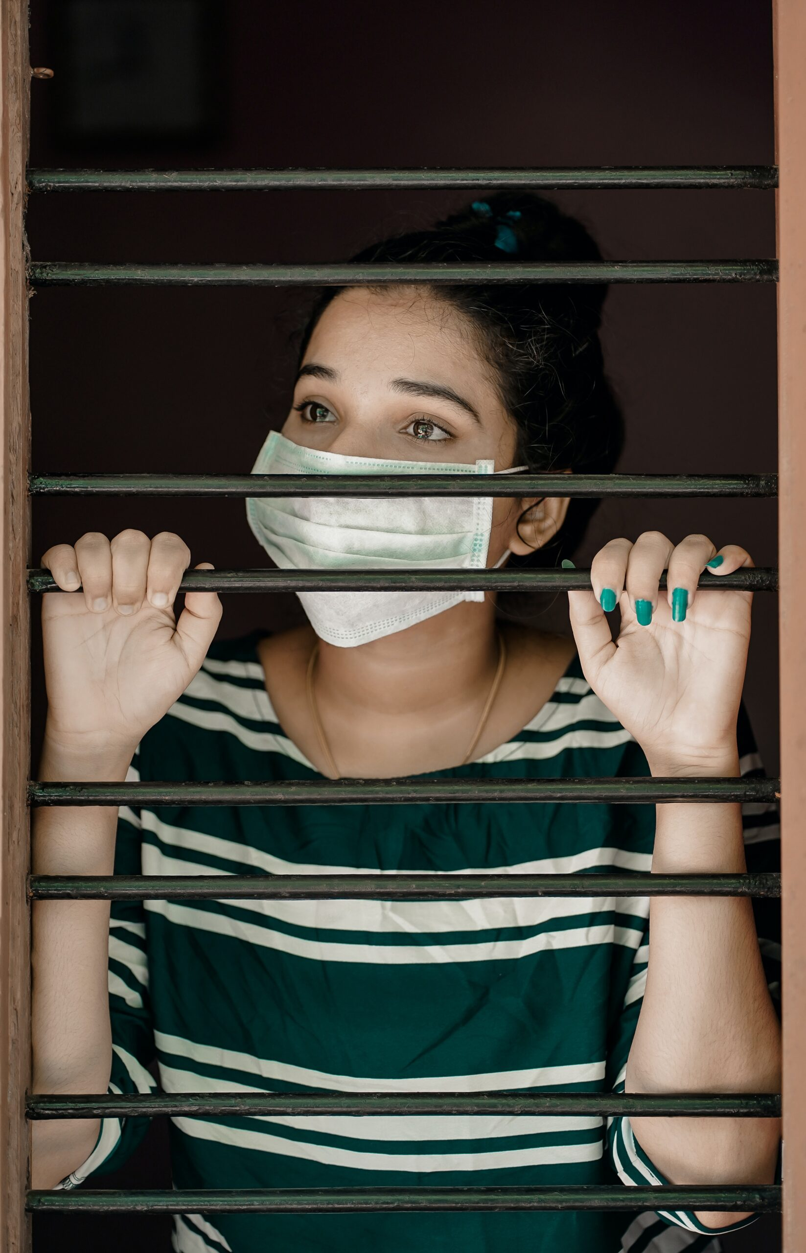 Coronavirus chica con mascarilla prisionera